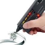 El DIAMOND SELECTOR II - Utiliza un probado método de ensayo de la conductividad térmica para verificar al instante la autenticidad de los diamantes. Los resultados del ensayo son indicado por la luz visible y sonido audible.